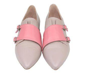 zapatos planos color dune con cierre de doble hebilla
